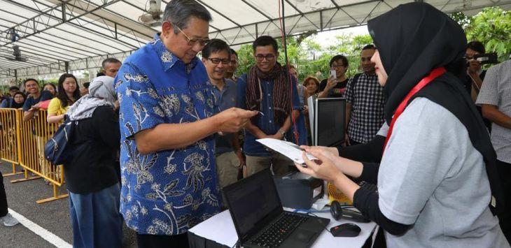 Susilo Bambang Yudhoyono (SBY) memberikan hak politiknya di Singapura ditemani Sekjen Partai Demokrat, Hinca Panjaitan dan Rocky Gerung. Foto: Demokrat