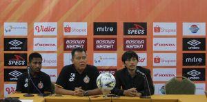 Pelatih Semen Padang Syafrianto Rusli dalam konferensi pers di Same Hotel, Minggu (19/5/2019)