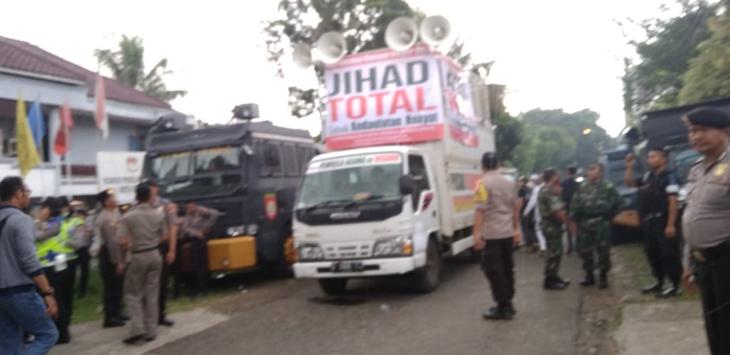 Ormas Islam geruduk KPU Kota Bogor sambil membentangkan spanduk bertulsikan 'Jihad total'.