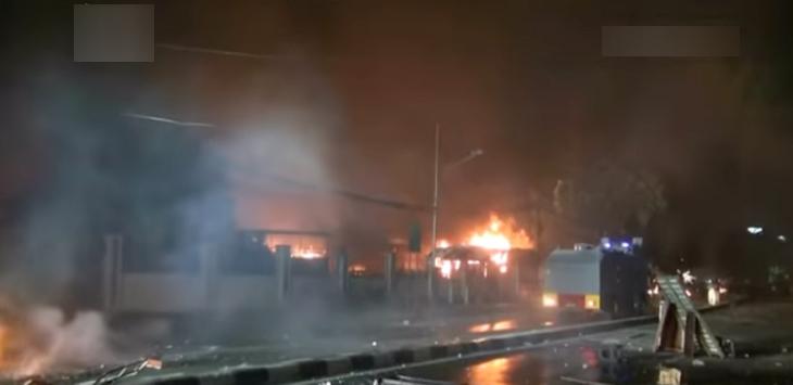 Kerusuhan di Petamburan Jakarta, warga bakar mobil di Markas Brimob