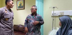 Ketua KPU RI Arief Budiman menjenguk Ketua KPU Kota Bekasi yang terngah dirawat di rumah sakit akibat kelelahan