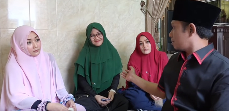 Lora Fadil bersama 3 istrinya