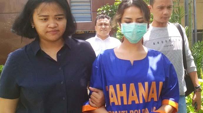 Vanessa Angel kenakan baju tahanan berwarna biru