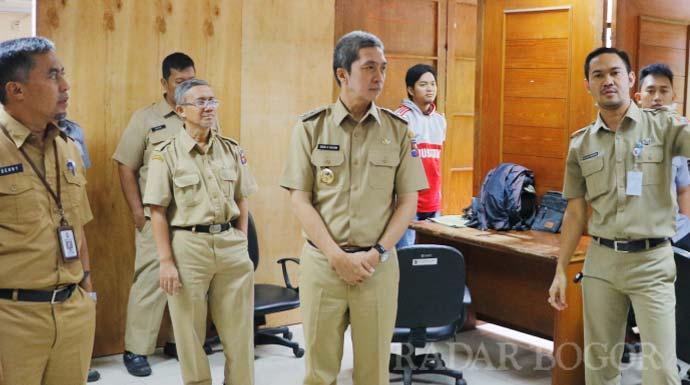Wakil Walikota Bogor Dedie A Rachim (tengah)