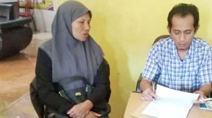 Eti (46) mantan PMI asal Kampung Cicantu Babakan RT 003 RW 006, Desa Gekbrong, Kecamatan Gekbrong sedang meminta bantuan keapada DPC Astakira Pembaruan Kabupaten Cianjur. Foto Fadilah Munajat/ Radar Cianjur