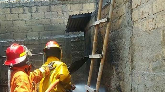 Petugas damkar Kabupaten Bogor tengah memadamkan api yang berasal dari dapur. (dok. Damkar Kabupaten Bogor