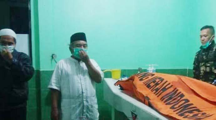 MEMBUSUK: Jenazah warga Arab Abdur Rozak (60) yang tinggal di Gang Bombay Bojongmeron Cianjur saat di Kamar Mayat RSUD Cianjur. FOTO:Hakim/ Radar Cianjur