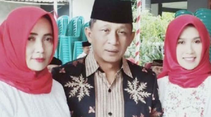 Wakil Bupati Blitar Marhaenis Urip Widodo dan dua istrinya. Kedua istrinya maju di pilkades dan berhasil menjabat kembali menjadi kepala desa. Ini jabatan kepala desa kedua bagi keduanya. (Antara Jatim/ HO)