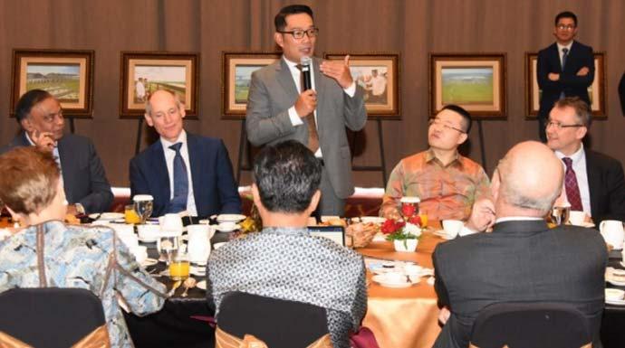 Gubernur Jawa Barat M Ridwan Kamil (berdiri) memberi paparan pada para Duta Besar (Dubes) negara sahabat untuk Indonesia dan CEO perusahaan luar negeri di acara CEO Ambassador Breakfast Meeting di Kota Bandung, Kamis (24/10/2019). (Dok Humas Pemprov Jabar)