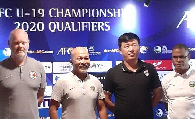 Pelatih tim nasional U-19 Hong Kong Amason Mararnason (kiri), pelatih tim nasional U-19 Indonesia Fakhri Husaini (kedua dari kiri), pelatih timnas U-19 Korea Utara Park Kyong Bong (kedua dari kanan) dan asisten pelatih timnas U-19 Timor Leste Eduardo Pereira (kanan) berfoto usai konferensi pers menjelang Kualifikasi Piala Asia U-19 2019 di Jakarta, Selasa (5/11/2019).
