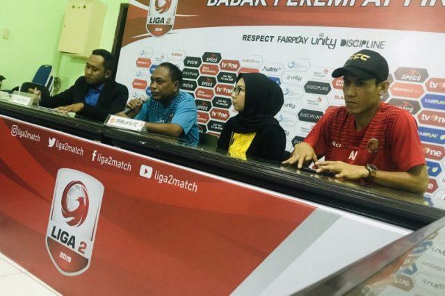 Pelatih Sriwijaya FC Kas Hartadi (dua kiri) didampingi asisten manajer dan pemain Sriwijaya FC saat konferensi pers menjelang delapan besar Liga 2 musim kompetisi 2019 di Stadion Gelora Delta Sidoarjo, Jawa Timur, Jumat (08/11/2019).