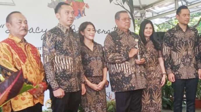 Presiden Republik Indonesia keenam Susilo Bambang Yudhoyono (SBY) bersama keluarga usai menerima penghargaan Biodiversity Award 2019 untuk mendiang Ani Yudhoyono di Kebun Raya Bogor, Kota Bogor Jawa Barat, Selasa (5/11/2019). (M Fikri Setiawan)