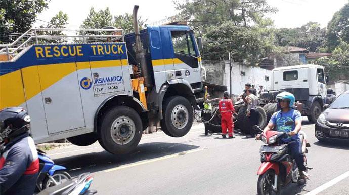 Evakuasi truk patah as