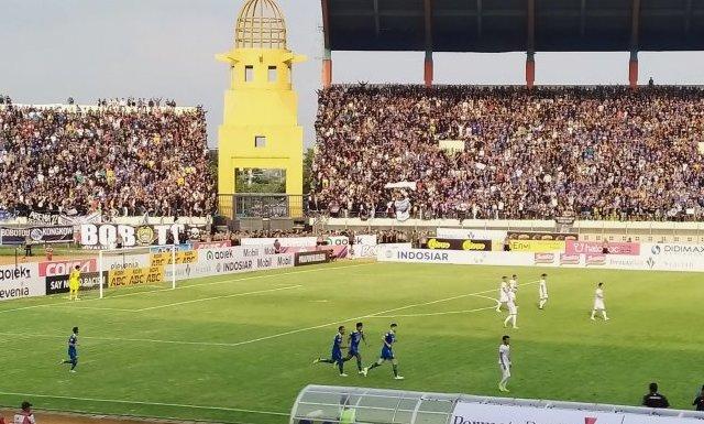 Para pemain Persib Bandung berlari usai merayakan gol saat melawan Arema FC di Stadion Si Jalak Harupat, Kabupaten Bandung, Selasa (12/11/2019).