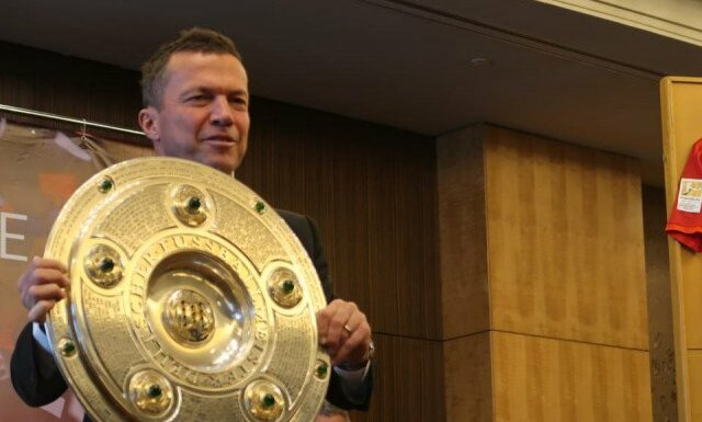 Legenda sepak bola Jerman dan Bayern Munchen Lothar Matthaus memegang tropi Liga Jerman dalam lawatannya ke Indonesia pada Kamis (14/11/2019) hingga Sabtu (16/11/2019) dalam rangka mendekatkan diri Bundesliga ke masyarakat Indonesia.