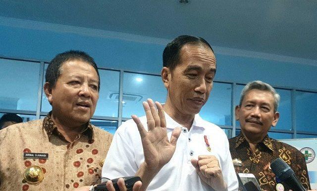 Presiden Joko Widodo (Jokowi) saat meninjau penggunaan BPJS Kesehatan di RS Abdul Moeloek, Bandar Lampung, Jumat (15/11).