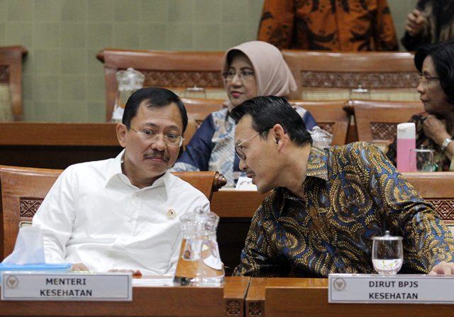 Menteri Kesehatan Terawan Agus Putranto (kiri) dan Dirut BPJS Kesehatan Fahmi Idris (kanan) dalam rapat kerja dengan Komisi XI DPR di Kompleks Parlemen Senayan, Jakarta, Selasa (5/11/2019).
