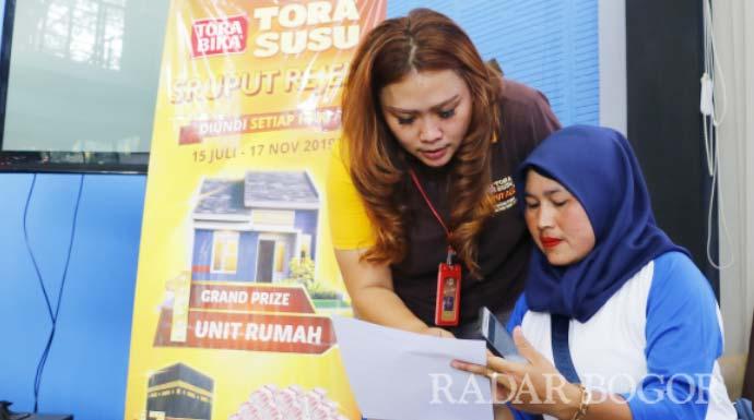 REGISTRASI: Pemenang umrah Sruput Rejeki Torabika Tora Susu melakukan registrasi ulang pemenang umrah di Kantor Megaswara, kemarin (5/11).