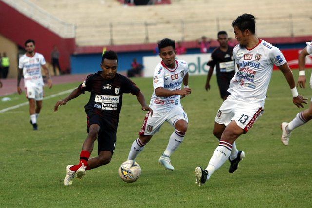 Todd Rivaldo Ferre dihadang oleh M. Taufiq dan Gunawan Dwi Cahyo dalam laga di Stadion Gelora Delta Sidoarjo kemarin sore.