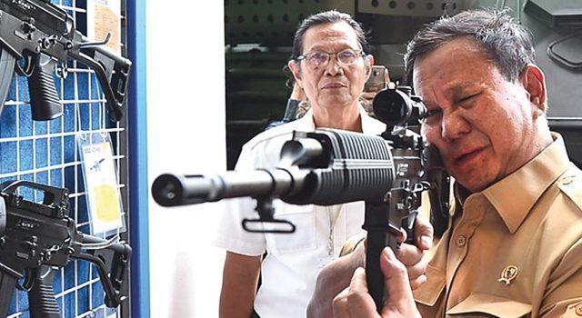 ILUSTRASI: Menhan Prabowo Subianto menjajal senjata buatan PT Pindad di Bandung, Jawa Barat.