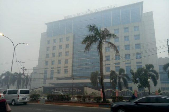 Tampak asap menyelimuti RSUP Muhammad Hoesin Palembang, Sabtu (9/11)