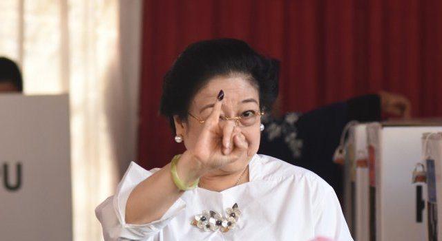 Dokumentasi - Ketua Umum PDI Perjuangan yang juga presiden kelima RI Megawati Soekarnoputri menunjukkan jarinya yang telah dicelup tinta seusai menggunakan hak pilihnya pada Pemilu 2019 di TPS 62, Kebagusan, Jakarta, Rabu (17-4-2019).