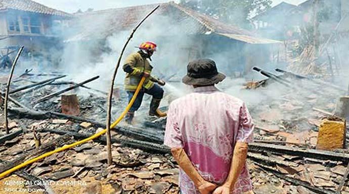 Warga dan petugas gabungan saat berupaya memadamkan api yang membakar rumah Hoerudin (55) warga Kampung Cibeber, (RT 6/5) Desa/Kecamatan Waluran.