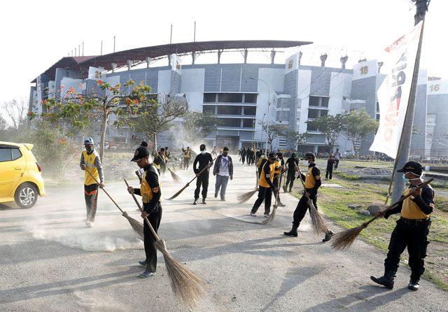 Petugas gabungan malakukan pembersihan area luar Stadion Gelora Bung Tomo (GBT) serta masyarakat terlibat untuk mengikuti kerja bakti massal dan mempercantik stadion yang terletak di Jalan Jawar, Kecamatan Pakal, Surabaya, Jumat. Peserta tergabung dalam aksi bersih-bersih itu meliputi jajaran OPD Pemkot Surabaya, TNI-Polri, komunitas, serta suporter Persebaya untuk menyambut Piala Dunia U-20 pada tahun 2021 di mana Surabaya dengan stadion GBT menjadi salah satu tuan rumah. (08/11/19).