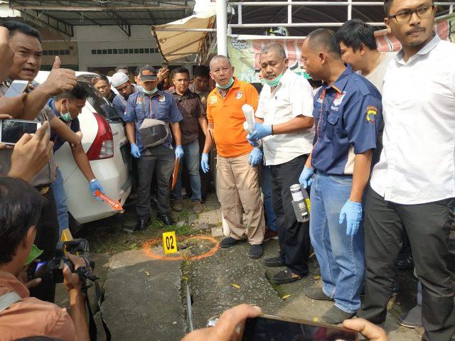 ILUSTRASI: Polisi sedang melakukan olah tempat kejadian perkara (TKP) kasus bom bunuh diri di Mapolrestabes Medan.