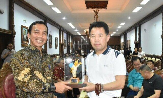Bupati Wihaji didampingi penerjemah memberikan plakat pada perwakilan pengusaha asal Tiongkok usai memberikan paparan potensi yang ada di Batang, Kamis (7/11/2019).