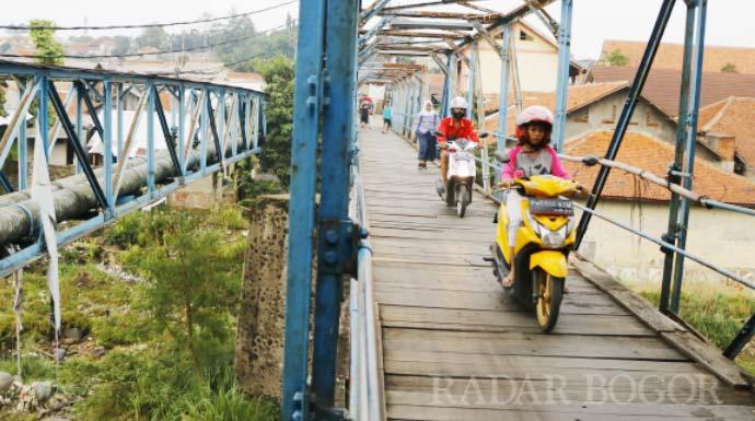 Pengendara melewati Jembatan Ledeng. (Nelvi/Radar Bogor)