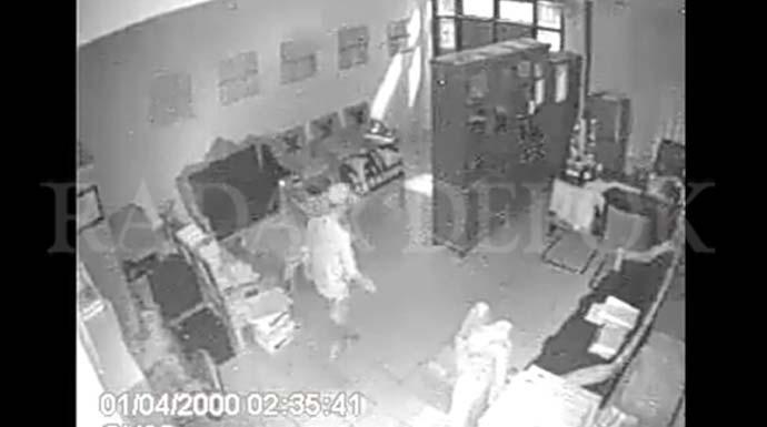 TEREKAM : Pelaku pencurian laptop di SMPN 16 Depok yang terekam CCTV saat melakukan aksinya di ruang Kepsek SMPN 16 Depok. FOTO : INDRA SIREGAR / RADAR DEPOK