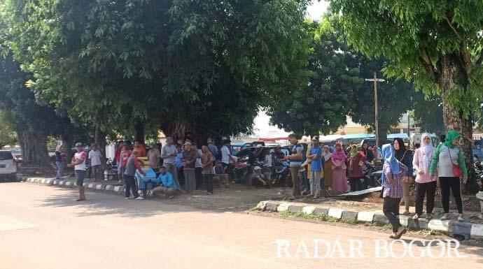 ratusan massa menyatroni Kantor Kecamatan Jonggol.
