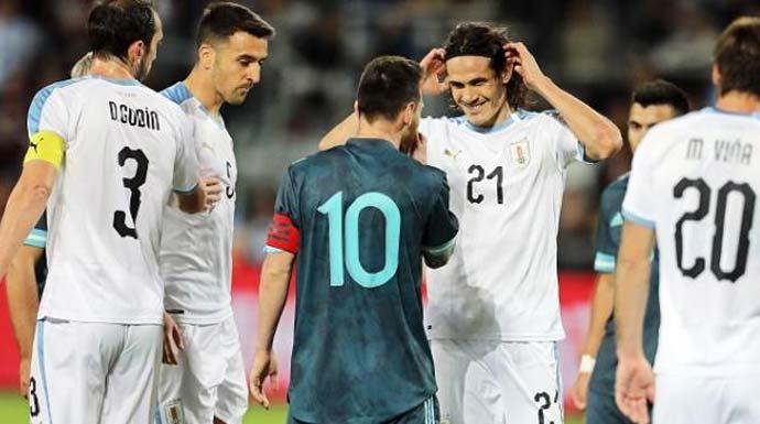 t Messi bersitegang dengan Uruguay. (Foto: Ariel Schalit/AP Photo)