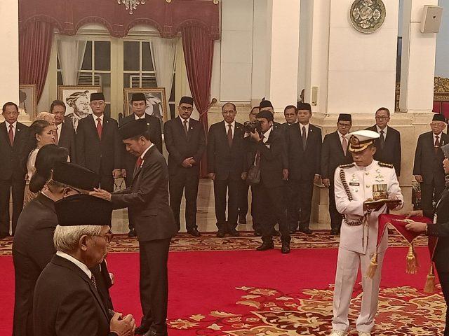 GELAR PAHLAWAN NASIONAL: Presiden Joko Widodo menyerahkan gelar pahlawan nasional di Istana Negara (8/11).