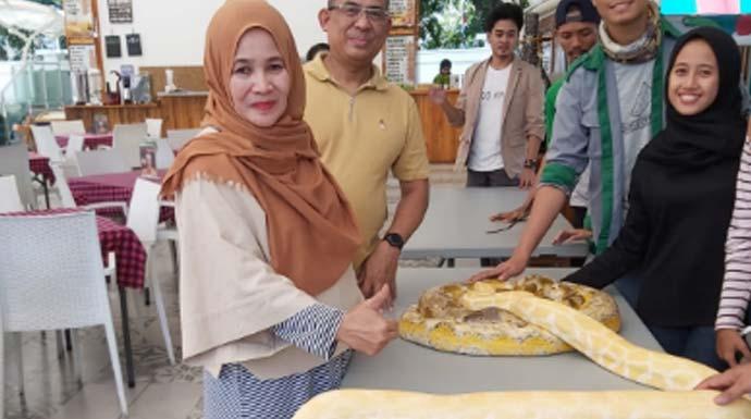 BORA FOR RADAR  SOSIALISASI: GM Sahira Dwi Hendarmo dan Kadis PMPPA Artiana Yanar melihat-lihat reptil yang dipamerkan BORA di Sahira Butik Pakuan, Minggu(3/11).
