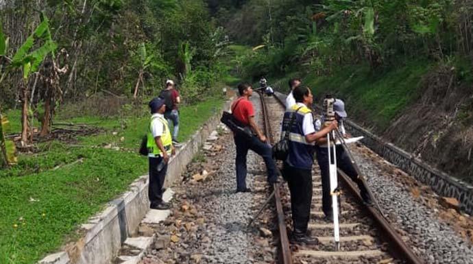 PDAM Tirta Pakuan Kota Bogor saat berada di lokasi terdampak proyek rel ganda./Foto: Istimewa