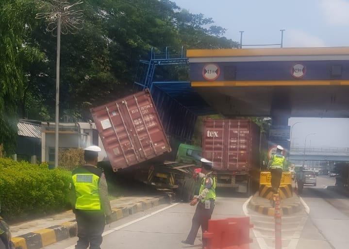 Kecelakaan truk di Tol Jagorawi. (Twitter/PTJASAMARGA)