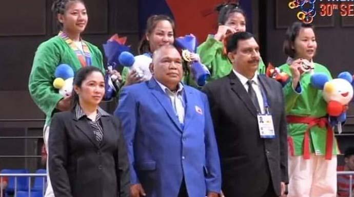 BANGGA:  Atlet asal Bogor, Khasani Nazmu Shifa (kiri atas) berhasil meraih perak dari cabang olahraga kurash, kemarin.