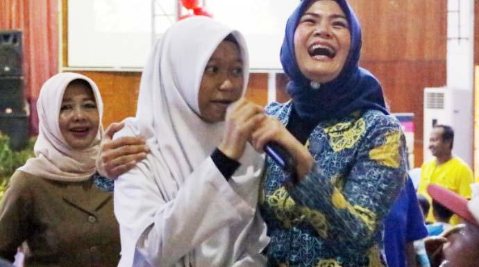 Nelvi/Radar Bogor. INTERAKSI: Istri Wali Kota Bogor, Yane Ardian saat berinteraksi dengan salah satu anak pada perayaan Hari Anak Nasional yang diadakan di Gedung Kemuning Gading Bogor, Senin (9/12).