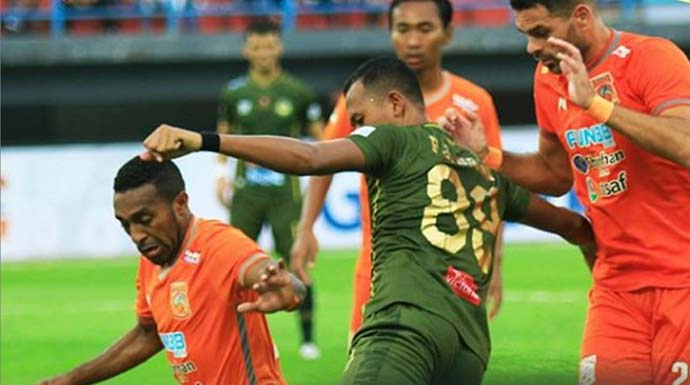 Pemain PS Tira Kabo dalam kawalan dua bek Borneo FC. (instagram/officialpersikabo)