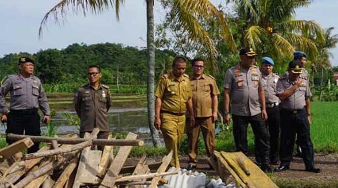 LIHAT KONDISI: Kapolres Cianjur, AKBP Juang mengunjungi Kampung Gandasoli, lokasi terparah hembusan puting beliung. FOTO: FADILAH MUNAJAT/ RADAR CIANJUR