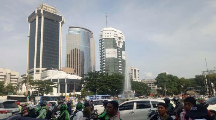 Situasi lalu lintas di depan Patung Kuda yang padat akibat reuni 212 di Monumen Nasional, Jakarta Pusat, Senin (2/12/2019). (ANTARA/ Livia Kristianti)