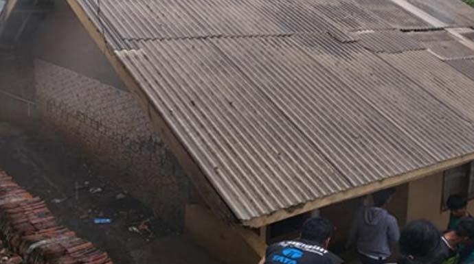 Rumah Dadang warga Kecamatan Gunungpuyuh, Kota Sukabumi disambar petir (foto: ist)