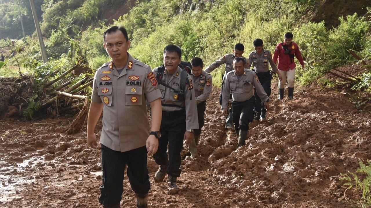 Evakuasi Korban Bencana, Polres Bogor Temukan Warga Terbaring Kritis di Atas Papan
