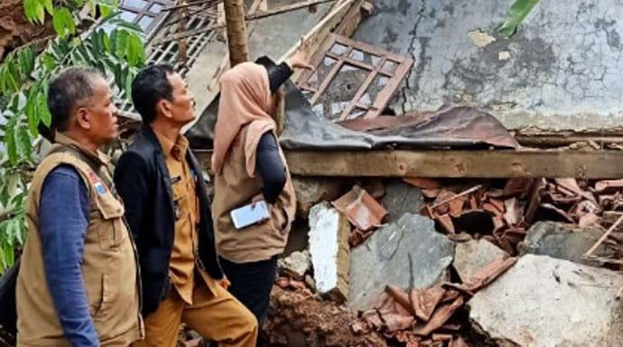 Diguyur Hujan Deras, Satu Rumah di Sukaresmi Ambruk