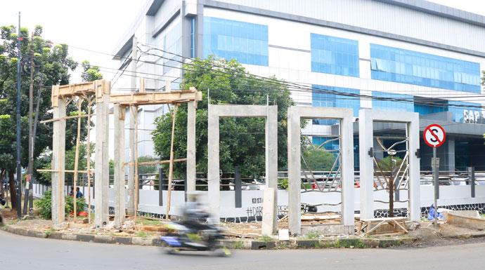 Gapura 'Siluman' Mangkrak Depan Kawasan Stadion Pakansari Cibinong
