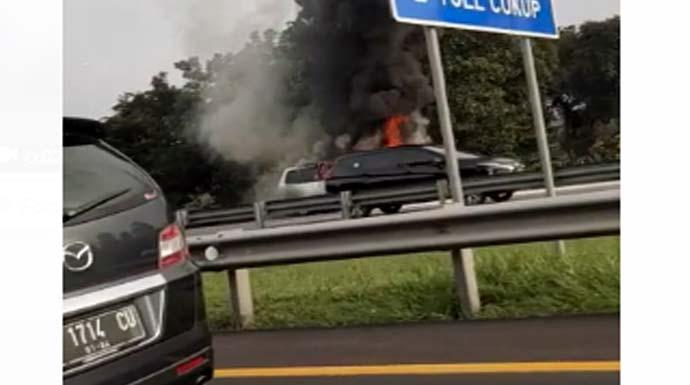 Mobil Minibus Hangus Terbakar di Tol Jagorawi Bogor