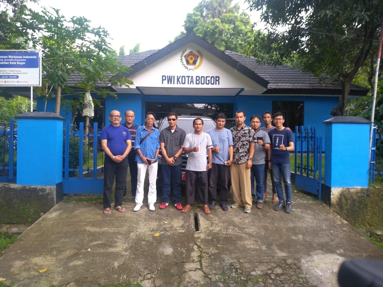 PWI PEKA Bersama PGH Salurkan Bantuan Pendidikan di Desa Cileuksa