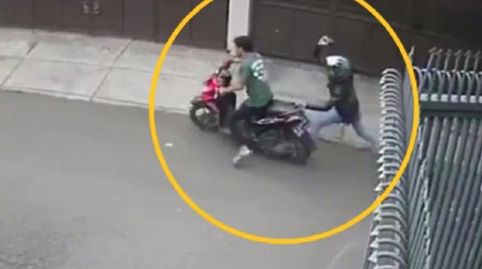 Viral! Aksi Brutal Pembacokan di Jalan, Pelaku Masih Berkeliaran